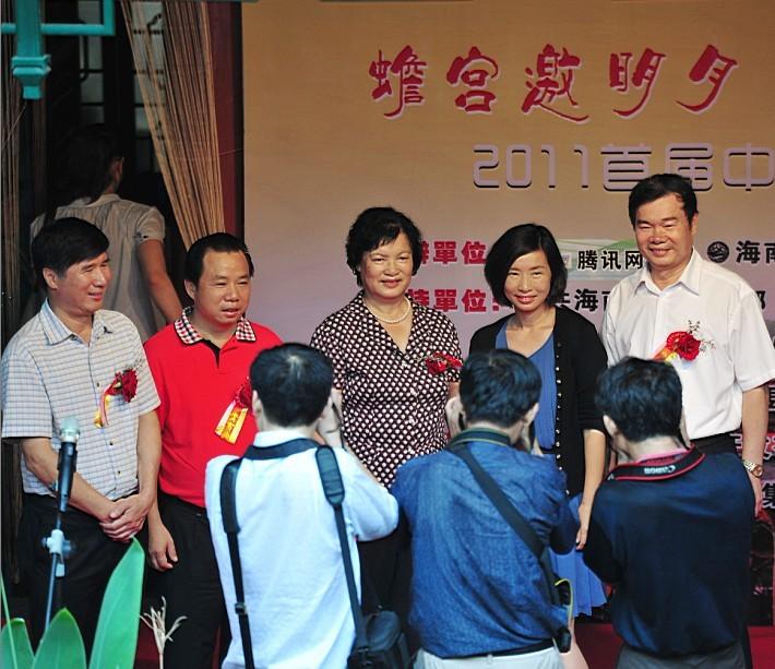 点击查看王水耀总经理(右一)与省市县领导及凤凰卫视闾丘露薇合影原图