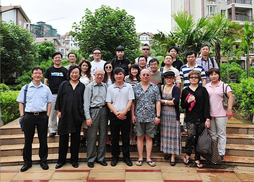 点击查看王水耀总经理(右四)与专家学者合影留念原图